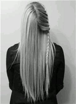 长发及腰女孩背景黑白照片