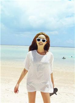 海边美女拿着拖鞋带着墨镜唯美图片