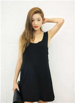 黑色宽松连体裙女生照片