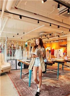 在商场看书的美女时尚照片