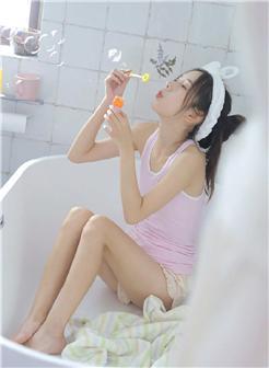 可爱短裤吊带美女浴室玩泡泡写真