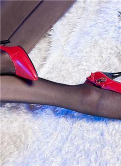 美女穿高筒靴加皮裤和皮衣女写真大图