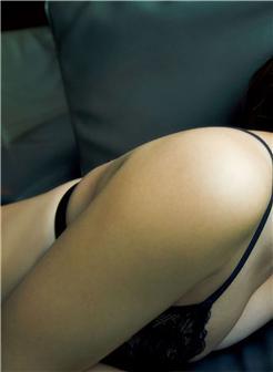 肉滚滚的熟妇绸缎睡衣美胸外露生活照