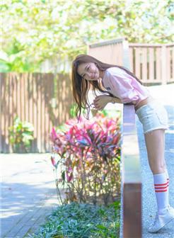 校园里的热裤大白腿美女图片
