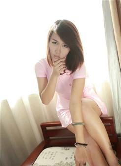美女妖娆的样子,粉色护士装在家玩角色扮演啊