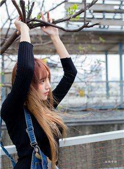 美女裤子太紧勒进凹缝显沟街拍照片