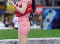 街拍:粉色紧身连衣裙,小姐姐身材凹凸有致,气质不凡