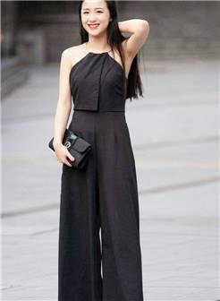 街拍:黑色连体阔腿裤,长发飘飘,成熟的女人很有魅力
