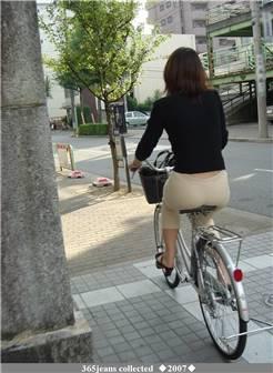 车座上的熟妇肥臀!