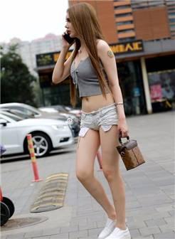 素人街拍:俄罗斯混血完美性感翘臀超短裤
