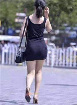 街拍:烈日下穿蓝包臀裙的熟女,巨臀丰满圆润,爱死了这样的夏天