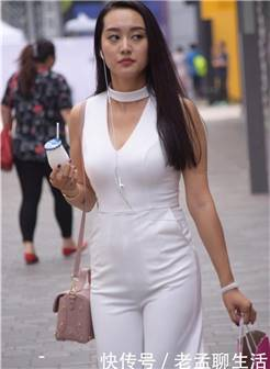 30岁的女人一身纯白连衣阔腿裤, 美出成熟女人味!