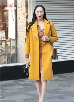 姜黄色大衣搭配高跟鞋,小姐姐成熟迷人,特别有女人味