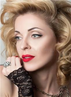 白肤金发的性体贴的成熟妇女特写镜头画象