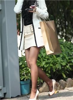 白裙黑丝 高跟美腿美眉_街拍