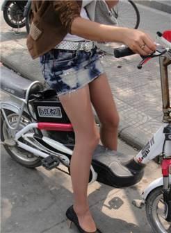 街拍:小姐姐骑车穿超短裙,网友:这很容易走光吧?