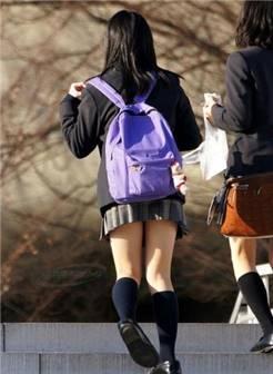 街拍日本女生校裙 长度超短不惧走光