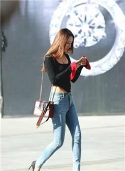 街拍,穿短裙高抬腿提鞋,美女快走光啊