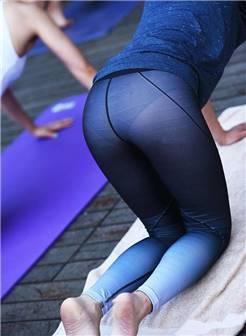 街拍时尚:爱做瑜伽的美女,穿紧身裤就是好看!