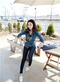 街拍紧身裤美女 竟显时尚修身牛仔衬衫