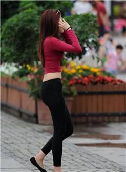 街拍:街拍紧身裤美女,臀翘肤白!