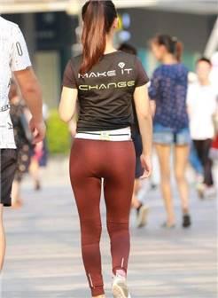 街拍: 紧身裤的丰腴辣妈, 薄薄的很显型