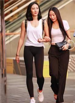 街拍紧身裤, 母女还是姐妹不重要, 关键是身材