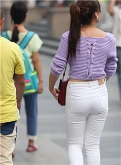 街拍紧身白裤辣妈