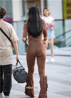 街拍: 丰硕身材的辣妈, 贴身紧身裤没有一点痕迹