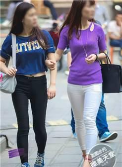 街拍紧身裤之两个穿黑白两色紧身裤的妹子_街拍爱好者