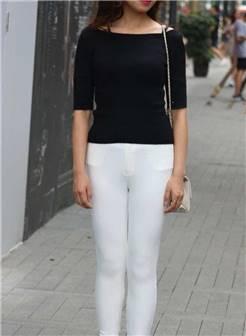街拍:薄款紧身裤的辣妈,遮不住的好身材