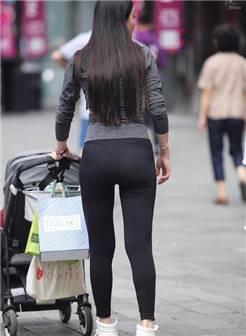 街拍:身穿紧身裤辣妈,身材保持不错,丰腴肥满