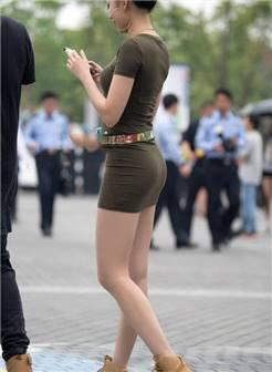 街拍:穿紧身包臀裙的知性熟女,紧绷曲线展示成熟韵味!
