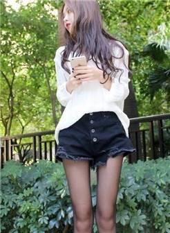 美女穿黑色短裤搭配黑丝袜,有了一丝丝轻熟女的感觉.