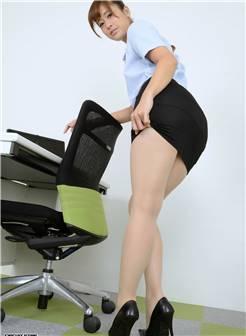 深沟巨乳的丰满身材美女办公室里赤裸裸的性感诱惑勾人眼球大胆迷人