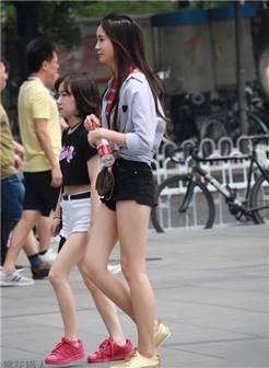 """街拍: 高挑妹子爱喝""""农夫山泉"""", 搭配牛仔短裤秀美白长腿真好看"""