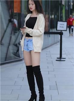 街拍:妹子穿过膝靴变大长腿,黑色露脐装 牛仔短裤