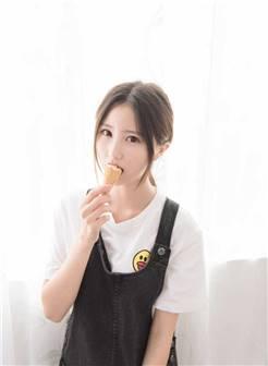 吃冰激凌的大眼萌妹子