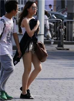 街拍:美女穿吊带怕走光,用衣服捂住