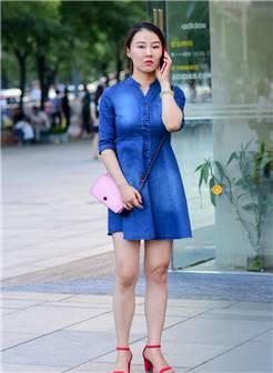 打电话的蓝裙少妇-3a街拍最真实的