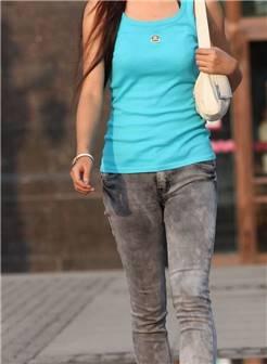 蓝色背心牛仔裤漂亮美眉街拍长裤牛仔