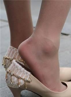 黑短裙薄丝袜美腿高跟3a街拍论坛