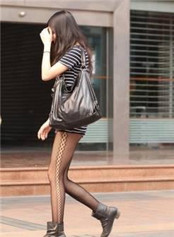 街拍一美女妹子走光露白色内裤,裤子太肥了
