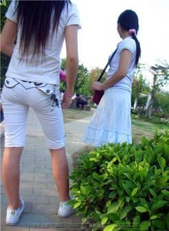 街拍:露内裤的白裤妹