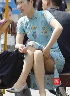 街拍美女:这么短的裙子感觉随时会走光