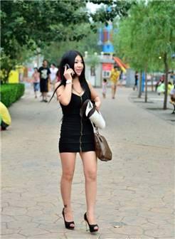少妇公园穿短裙蹲下 逛公园的超短裙性感少妇