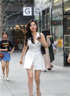 街拍:美女露背吊带配紧身皮裤,下蹲秀窈窕身材,实在