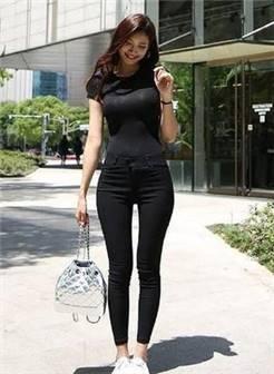 时尚街拍:紧身打底裤美女穿着轻松自如,散发十足女人味!
