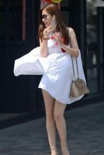 街拍: 最具有女人味的翩翩美女! 长裙吊带背心的美