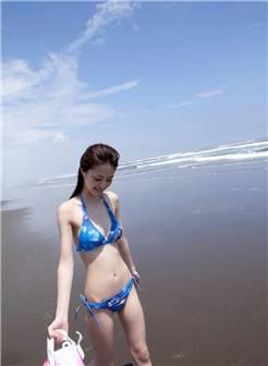 沙滩上性感比基尼美少女大尺度漏点诱惑